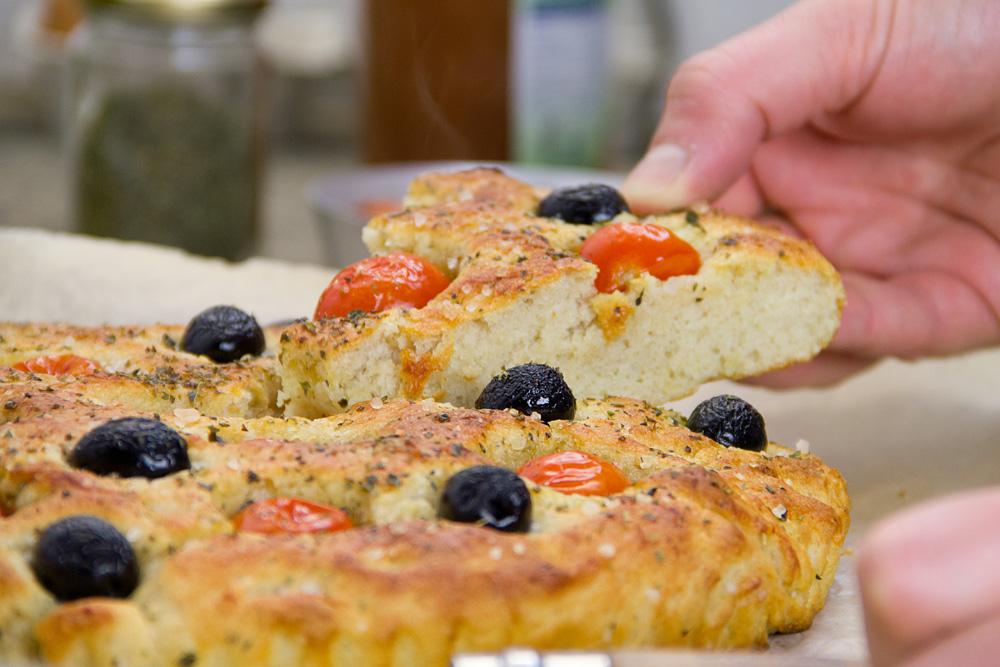 focaccia-pugliese-pomodori-olive-10