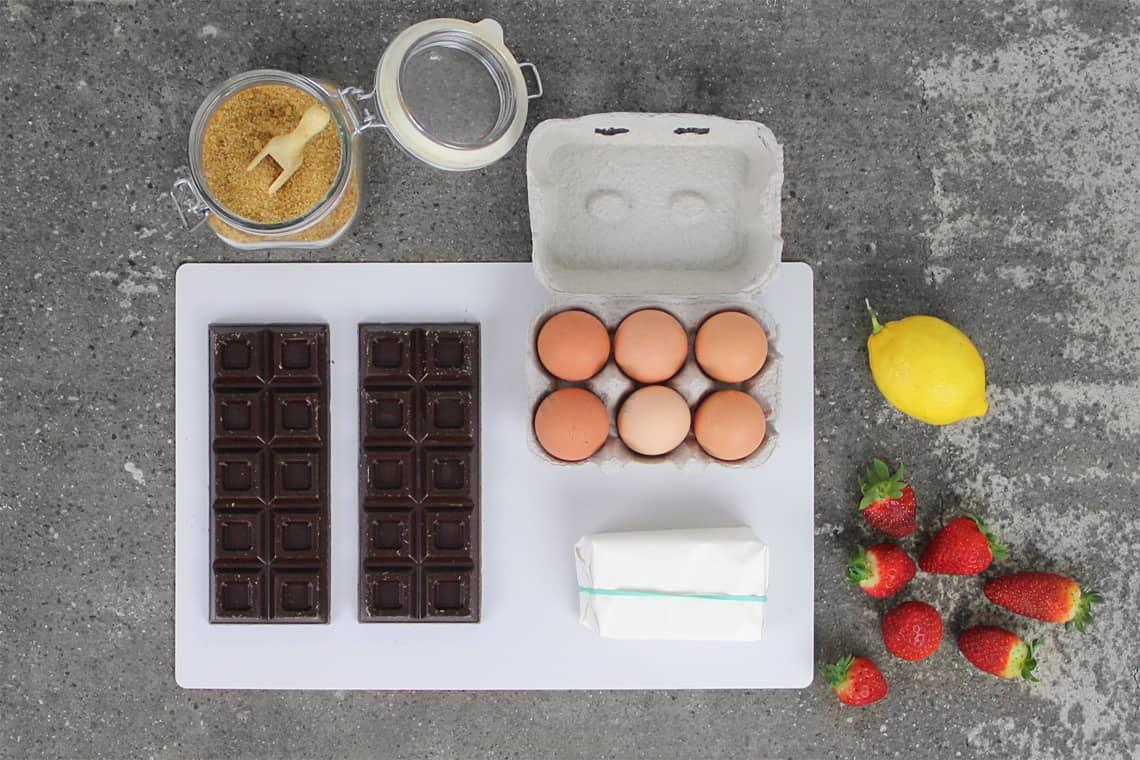 Ricetta Torta cioccolato e salsa di fragole