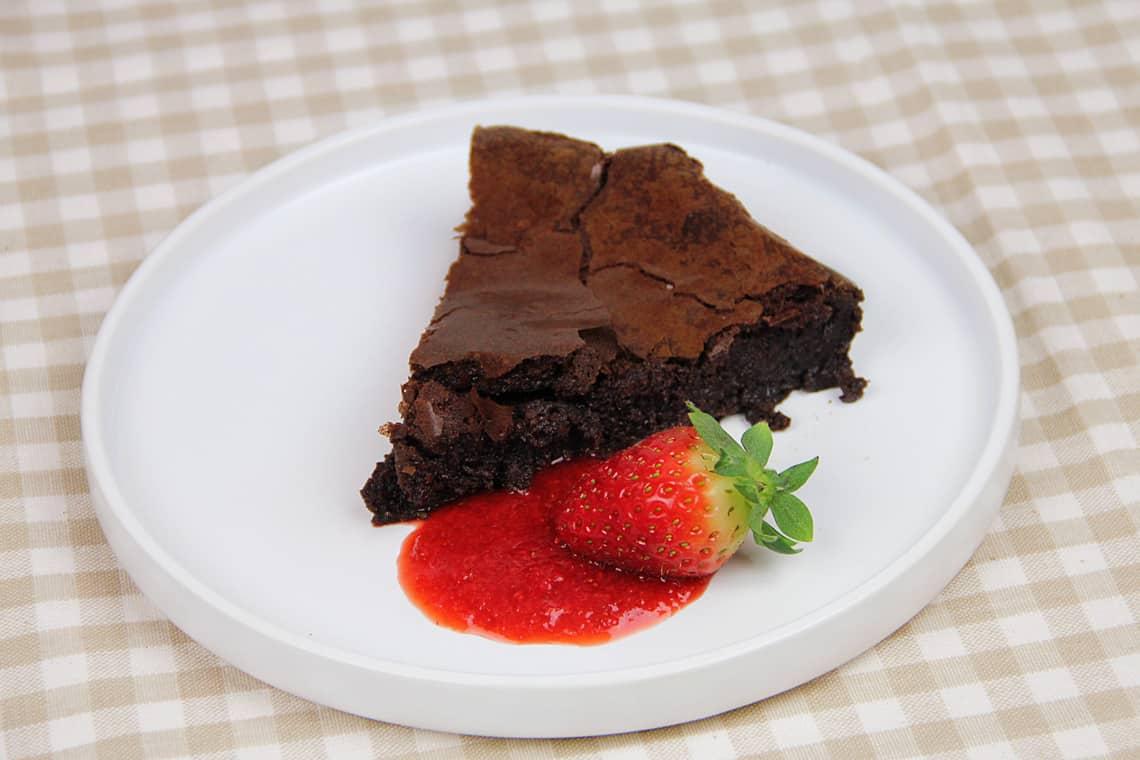 torta-cioccolato-salsa-fragole-04