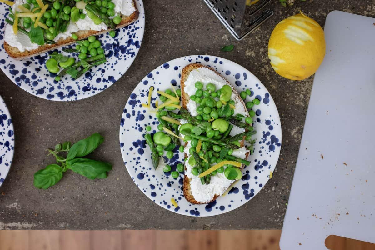 crostoni-ricotta-piselli-asparagi-10