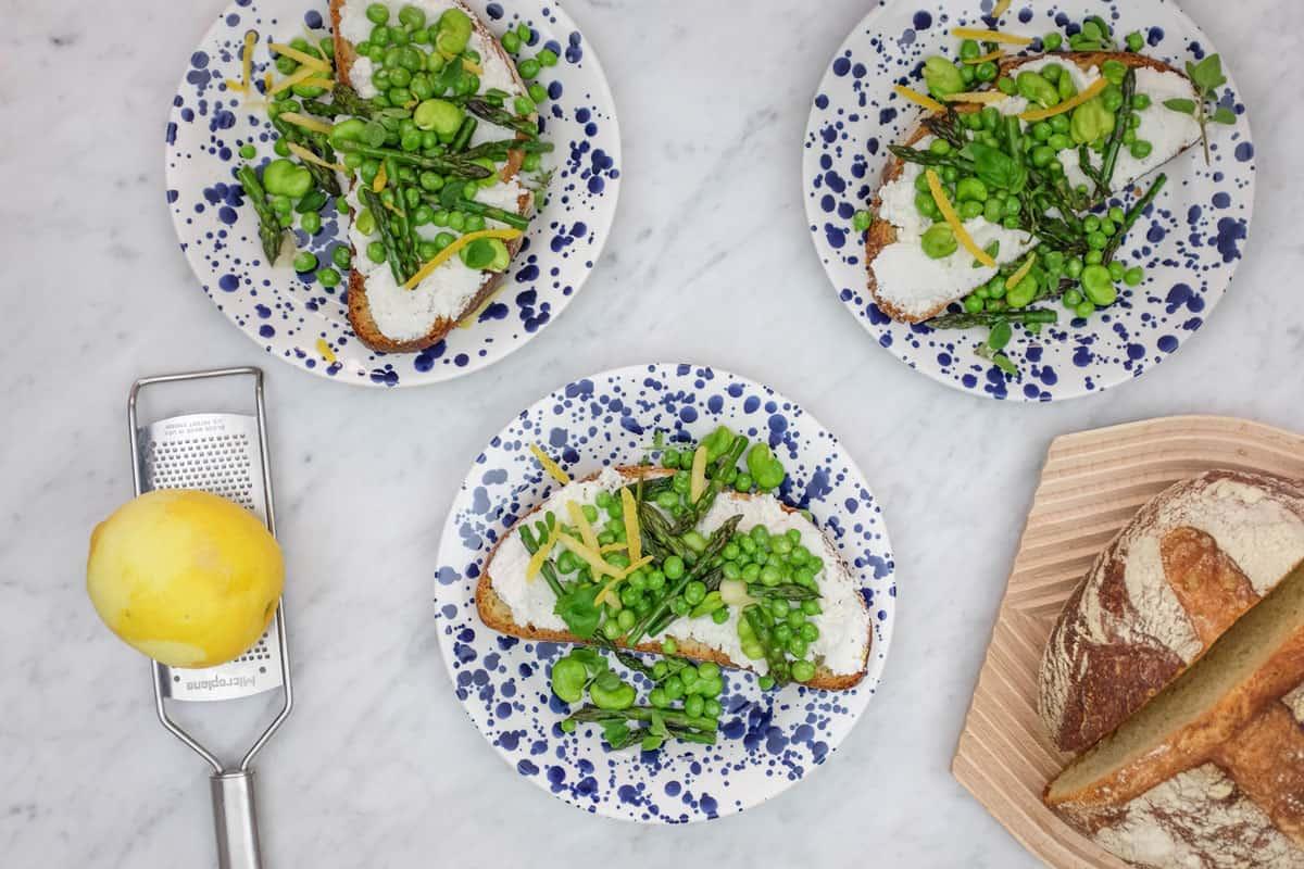 crostoni-ricotta-piselli-asparagi-11