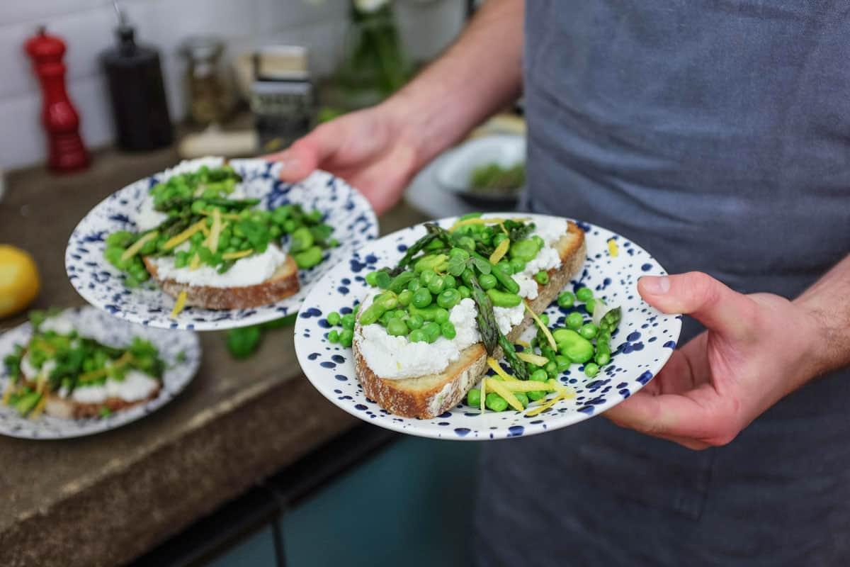 crostoni-ricotta-piselli-asparagi